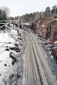 Percorsi ferroviari vicino rocce — Foto Stock