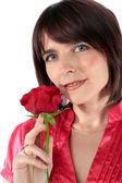 Belle femme tenant une rose rouge — Photo