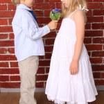 少年少女に花の美しい花束を与えます。愛のコン — ストック写真
