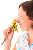 Piękna dziewczyna wącha kwiat — Zdjęcie stockowe