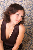 Moda ritratto di una bella donna sullo sfondo blu — Foto Stock