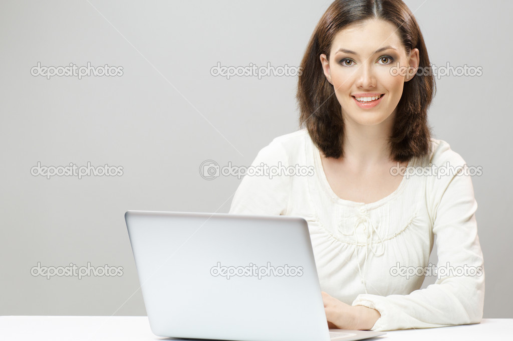 A beautiful girl working in a laptop — Stock Photo #2932813