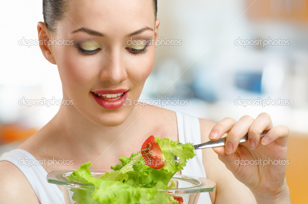 A beautiful slender girl eating healthy food — Lizenzfreies Foto #3424702