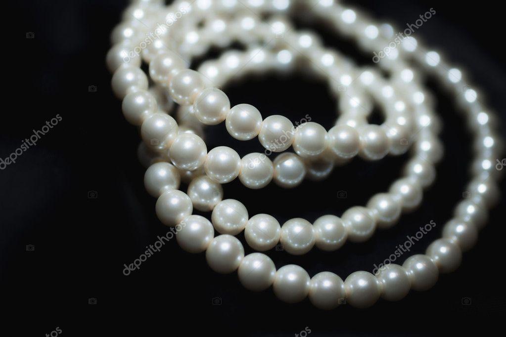colar de pérolas branca em seda preta — Foto Stock ...