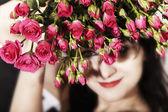 ピンクのバラの花束を持ってブルネットの女性 — ストック写真