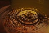 Wellenförmige gelb wasseroberfläche — Stockfoto