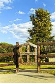 道路ゲート木と空 — ストック写真