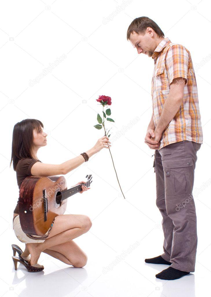 Девушка дарит цветы парню