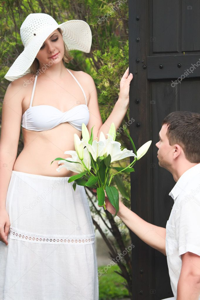 Man brings a bouquet of flowers woman — Stock Photo #3429302