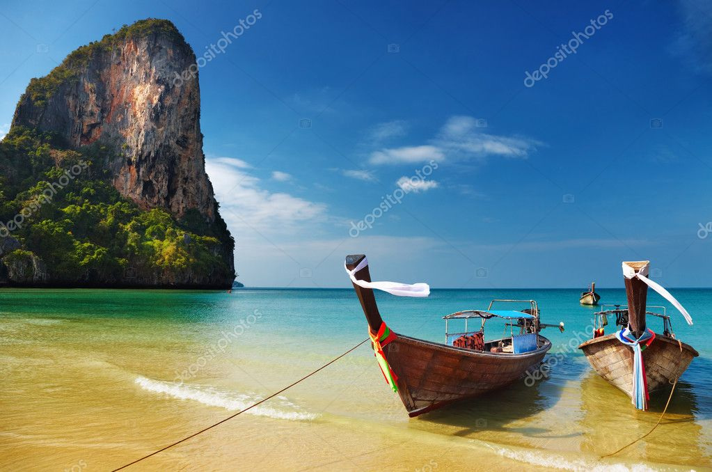 Tropical beach, traditional long tail boats, Andaman Sea, Thailand — Stock Photo #3289648