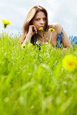 Belle jeune femme sur le champ en été — Photo