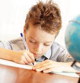 Chlapec dům lekce — Stock fotografie