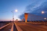 夕方にはケーブル ブリッジ — ストック写真