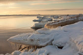 море на закате с сосульками — Стоковое фото