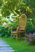 Silla de mimbre en el jardín — Foto de Stock