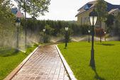 Otomatik bahçe sulama yağmurlama — Stok fotoğraf