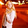 Девушка в вечером в городе — Стоковое фото