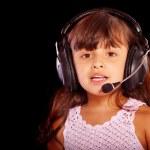 Молодая девушка носить телефон гарнитура — Стоковое фото