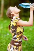 Hübsche frau-trinkwasser — Stockfoto