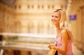Mooi meisje op leuning — Stockfoto