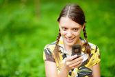 Mujer joven usando su teléfono — Foto de Stock