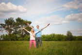 Couple standing on grass — Stock fotografie