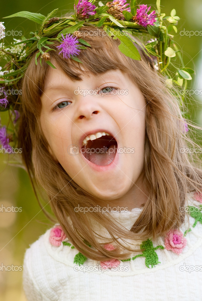 Lovely little baby girl with daisy wreath on her head — Stock Photo #2871757
