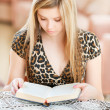 Girl-student reads book — Stock Photo