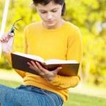 jonge student bedrijf boeken — Stockfoto