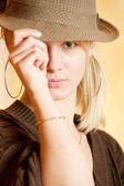 очаровательная молодая женщина в шляпе — Стоковое фото