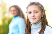 Mädchen mit Dreadlocks und piercing — Stockfoto