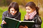 本を読んで 2 つの若い魅力的な女性 — ストック写真