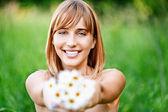 Mädchen mit Blumenstrauß aus camomiles — Stockfoto