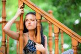 Triest jonge vrouw op leuning — Stockfoto