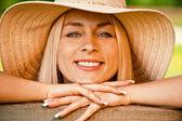 Mladá žena v slaměný klobouk — Stock fotografie