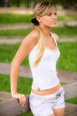 девушка на деревянные перила — Стоковое фото