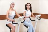 Meninas em bicicletas de exercício — Fotografia Stock