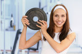 Young woman lifts weight — Stock Photo