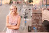 Usmívající se dívka proti velké náměstí — Stock fotografie