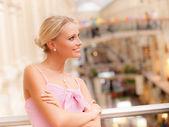 Mulher no grande hall no corrimão — Foto Stock