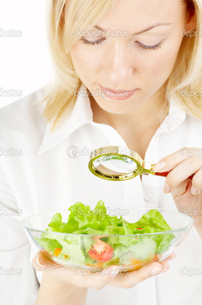 The blonde examining in a magnifier a plate with salad — Photo #2909900