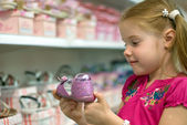 Little girl in a shoe store — Stockfoto