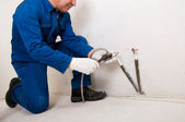 Plumber fixing water pipe — Stock Photo