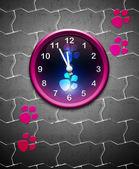 Horloge avec piste animale sur les carrelages — Photo