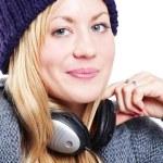 leende vackra tonåring med hörlurar lyssna musik — Stockfoto