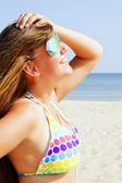 Smiling young woman on the beach — Stockfoto