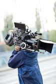 Kameran operatören bär utrustning — Stockfoto