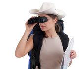 使用双筒望远镜的年轻女游客 — 图库照片
