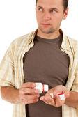 Homem a despejar drogas na palma da mão — Foto Stock