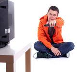 Młody człowiek oglądania telewizji — Zdjęcie stockowe